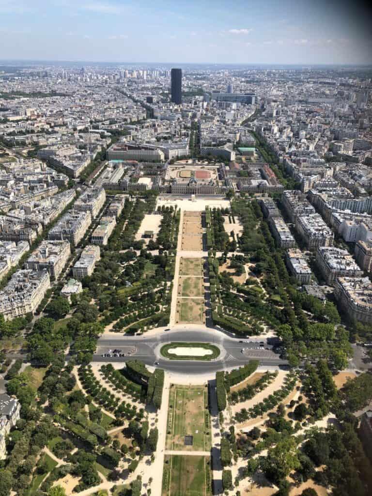 Udsigt fra toppen af Eiffeltårnet over Champs De Mars