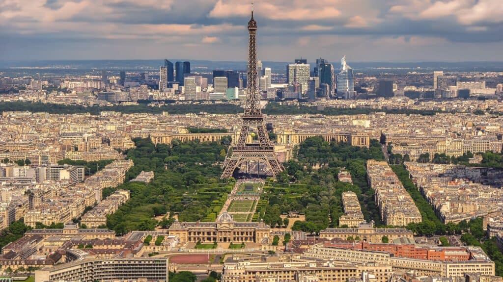 udsigt over parc de mars paris samt eiffeltårnet